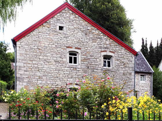 Maison en pierre de carrière photo avec des fleurs à Hahn
